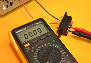 medir salidas parlante voltaje
