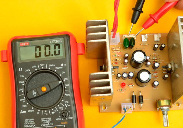 medir voltaje salida parlante